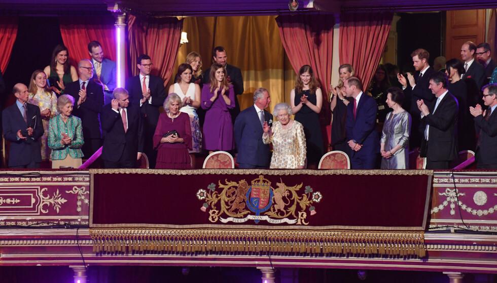 <strong>STORSLÅTT FEIRING:</strong> 21. april feiret dronning Elizabeth II 92-årsdagen med en stjernespekket konsert i Royal Albert Hall. Her er hun omringet av sin nærmeste familie. Hertuginne Kate var ikke til stede, ettersom festlighetene ble avholdt kort tid før termin. To dager etter dronningens fødselsdag ble prinsen født. FOTO: NTB Scanpix