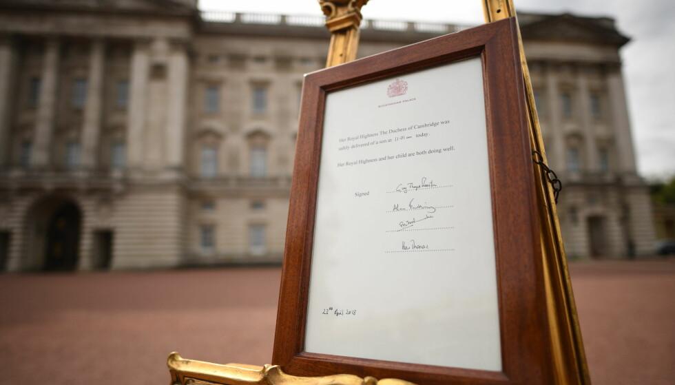 <strong>KUNNGJØRING:</strong> Utenfor Buckingham Palace ble det mandag ettermiddag satt opp en høytidelig kunngjøringsbeskjed i forbindelse med fødselen av den lille prinsen. FOTO: NTB Scanpix