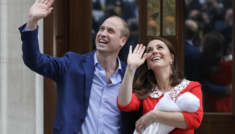 <strong>HERTUGINNE KATE FØDSEL:</strong> Nok et barn har ankommet familien til hertugparet av Cambridge. 23. april ble den lille gutten født, og dermed har prins George og prinsesse Charlotte fått en lillebror - og bare noen timer etter fødselen fikk verden se en strålende opplagt og nybakt mor, og den lille prinsen utenfor sykehuset. Foto: NTB Scanpix