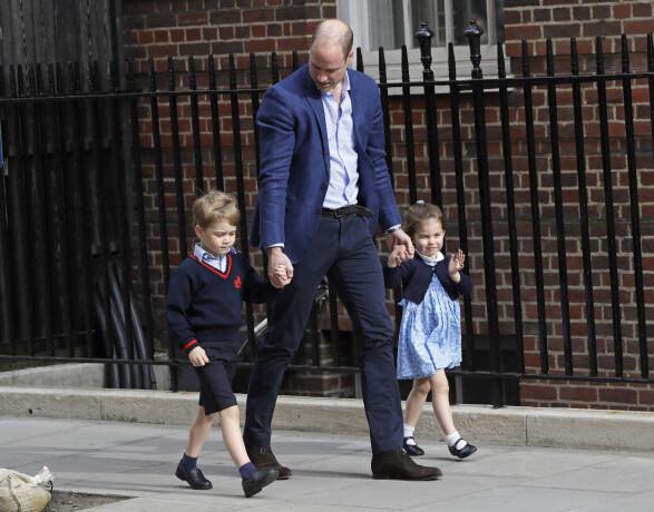 <strong>LILLEBROR:</strong> Prins George og prinsesse Charlotte kom hånd i hånd med pappa prins William til sykehuset for å hilse på sin nye lillebror. For noen skjønne barn! FOTO: NTB Scanpix
