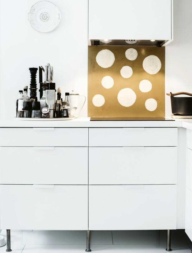 KJØKKENET: Kjøkkenet er lite, men har smart planløsning. Kjøkkeninnredningen består av basen Faktum og frontene Applåd fra Ikea. Jutta har selv malt prikkene over stekeplaten. FOTO: Heléne Linsjö