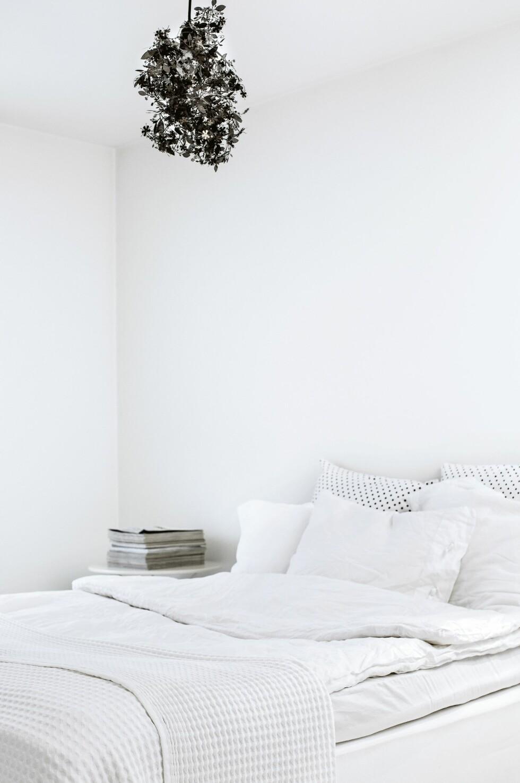 Soverommet går helt i hvitt og er mer eller mindre fritt for ting. Taklampe, Tord Boontjes vakre «Garland».