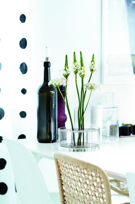 Stor vinflaske fra Italia og liten 50-tallsvase av den finske formgiveren Nanny Still. De prikkete gardinene er fra en tidligere Ikea PS-kolleksjon.