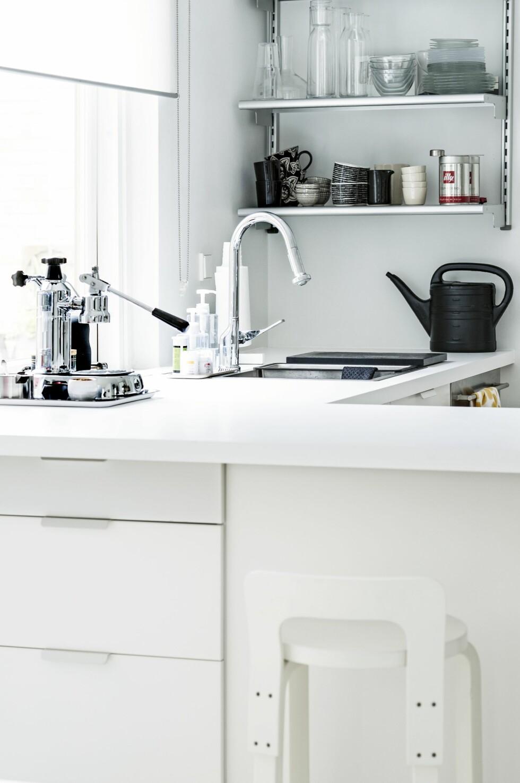 Kran Axor av Antonio Citterio for Hansgrohe. Iforgrunnen, kaffemaskin fra La Pavoni.