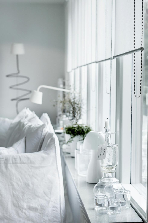 Alt går i hvitt. «Ghost» fra Gervasoni er designet av Paola Navone. Iforgrunnen, en lysestake i glass laget av Juttas venninne, Mia Lundström. Lampen Ikea PS 1995.