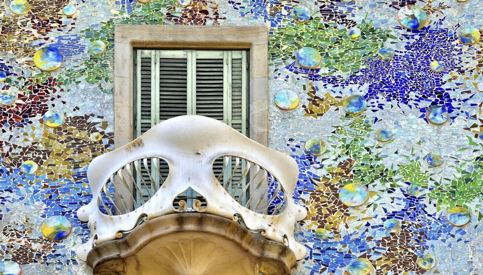 FARGERIKT: Casa Batlló er en av mange fantastiske bygninger tegnet av Antoni Gaudí i Barcelona.