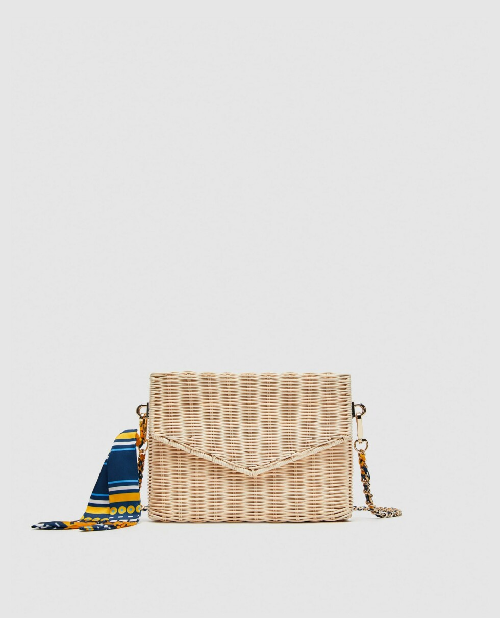 Veske fra Zara  299,-  https://www.zara.com/no/no/skulderveske-i-bast-p13338304.html?v1=6094647&v2=1045002