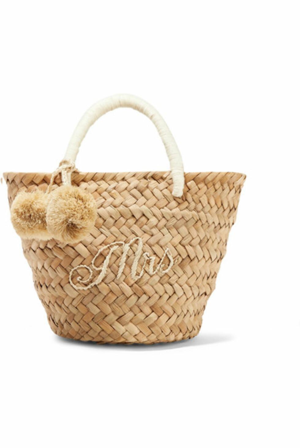 Veske fra Kayu via Net-a-porter.com  1060,-  https://www.net-a-porter.com/no/en/product/1046447/kayu/st-tropez-mini-pompom-embellished-embroidered-woven-straw-tote