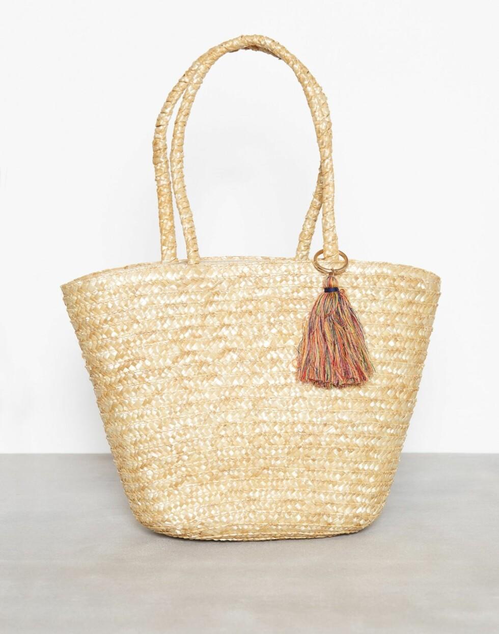 Fra Only via Nelly.com  379,-  https://nelly.com/no/kl%C3%A6r-til-kvinner/tilbeh%C3%B8r/vesker/only-589/onlnif-straw-beach-bag-64650-0119/