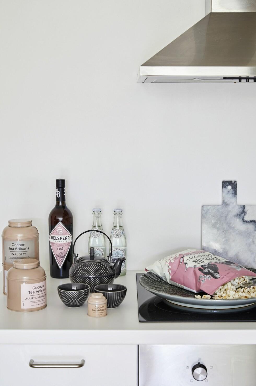 Selv på kjøkkenet er fargevalget feminint. Teserviset er fra A Simple Mess, og de økologiske teene ivakker emballasje er fra Cocoon hos Illums Bolighus.