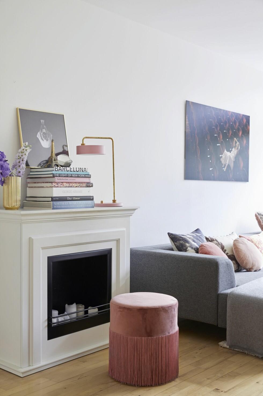 Silke elsker biopeisen som gir den enkle stuen litt klassisk stil og hyggestemning. Peisen er lett åflytte dit hun ønsker den. Vasen er fra Lyngby Porcelæn, ballettfotoet er fra Det Kongelige Teater, Eiffeltårnet er funnet på en tur til Paris, og brevvekten er fra Oliver Gustav. Den rosa lampen er fra Lindholdt Studio.