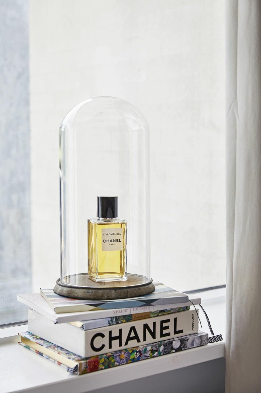 Parfymen er fra Chanel, og lignende glasskuppel fås på Ikea. De dekorative bøkene er bl.a. en bok om Chanel og en notisbok fra Christian Lacroix, som bl.a. fås hos Fenomen.dk.