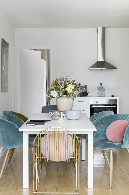 Silkes spisebord er også hennes arbeidsbord, derfor skal møblene være komfortable å sitte i. De turkise velurstolene er funn fra Søstrene Grene, og spisebordet er fra Ikea. Messingstolen ved enden av bordet er fra Bloomingville, og putene er fra Christina Lundsteen. På bordet står vase og skål fra ASimple Mess.