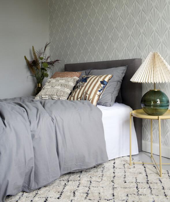På brettbordet, Gladom (kr 150, Ikea), står en håndlaget, vakker lampe, Mirari, av glasskunstner Nina Nørgaard i samarbeid med Helene Blanche, som har malt skjermen. Gulvteppet er håndvevet, inspirert av de marokkanske Beni Ourain-vintageteppene. FOTO: Kristina Demant