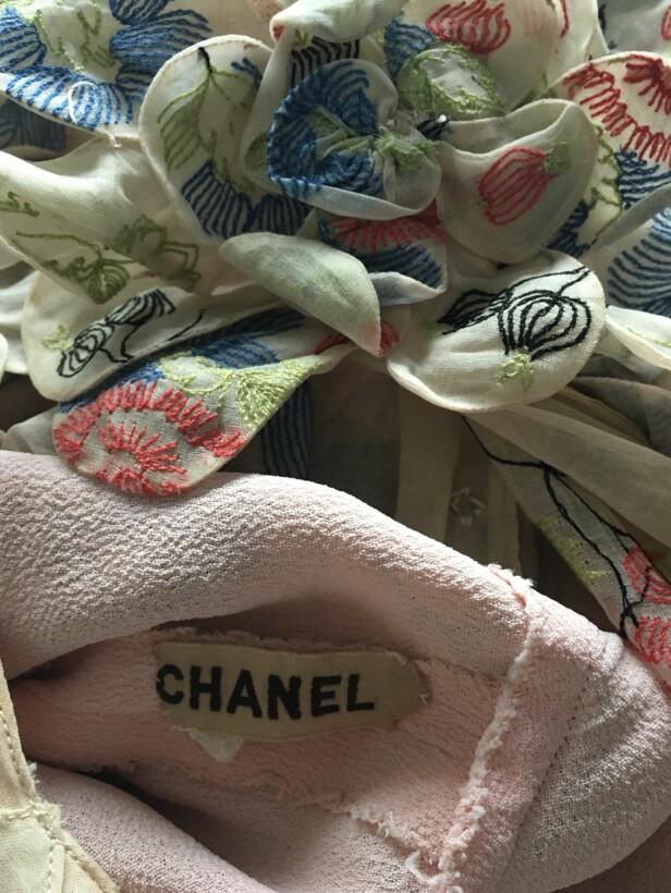 <strong>GODE FUNN:</strong> Camilla har funnet to Chanel-kjoler på loppis: en sort og en vintage couture. Til KK forteller hun at hjertet banker litt ekstra når hun gjør slike funn. FOTO: Camilla Harbu Bielecki.