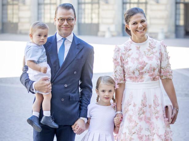 FIN FAMILIE: Kronprinsesse Victoria og prins Daniel er foreldre til prinsesse Estelle (6) og prins Oscar (2). Dette bildet ble tatt i forbindelse med 40-årsfeiringen til Victoria i fjor sommer. FOTO: NTB Scanpix
