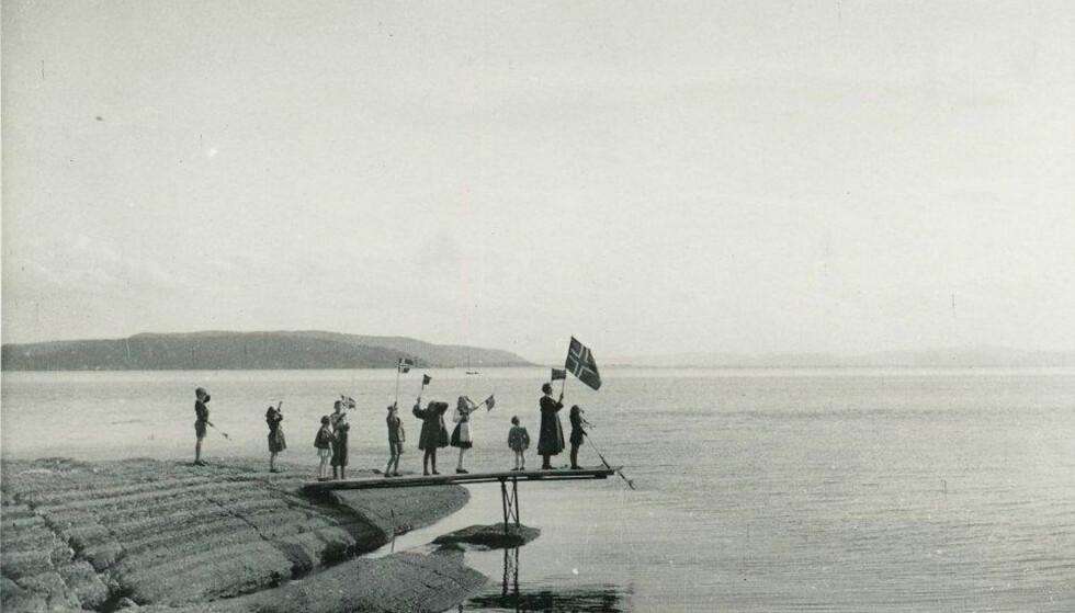 FRIGJØRINGSDAGENE 1945: Dette bildet er tatt på Bygdøy under frigjøringsdagene i mai 1945. På bildet ser vi blant andre Grete-Marie Beckman og broren Jann Folke Beckman. Bildet er tatt av tvillingenes far Folke Beckman. FOTO: Originalen er i Riksarkivet // Det Norske Totalavholdsselskap RA/PA-0419/E/Eb/L0603/0004