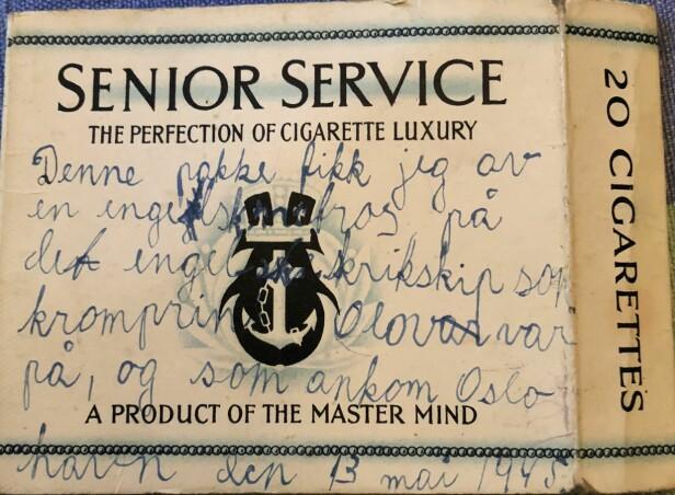 EN SKATT: I alle år tok Jann Folke Beckman, tvillingbroren til Grete-Marie Beckman, vare på røykpakken han fikk av en engelskmann om bord på «HMS Devonshire» i 1945. På røykpakken har 12-åringen skrevet: «Denne pakken fikk jeg av en engelsk matros på det engelske krikskip som kromprins Olav var på, og som ankom Oslo havn den 13. mai 1945.». FOTO: Tom Beckman // Privat
