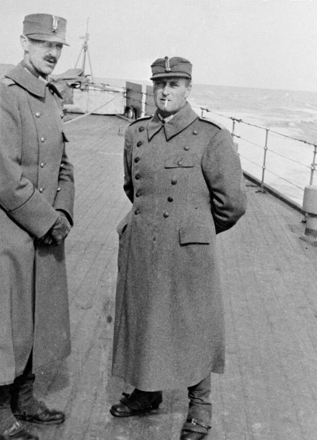 HISTORISK: Kong Haakon og kronprins Olav om bord på «HMS Devonshire» i april 1940. Fem år senere fikk 12 år gamle Jann Folke Beckman lov til å klatre om bord i forbindelse med frigjøringsdagene. FOTO: NTB Scanpix