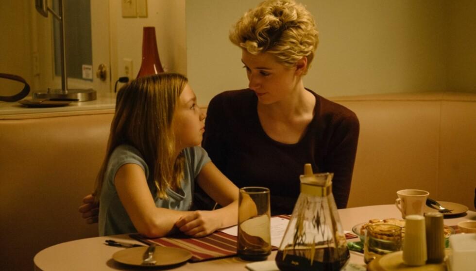 MANIPULERENDE: Ridelæreren Mrs. G (spilles av Elizabeth Debick) skulle være en god rollemodell og en trygghet for den unge jenta Jennifer Fox (spilles av Isabelle Nélisse). Slik ble det ikke. Her fra filmen The Tale. FOTO: HBO
