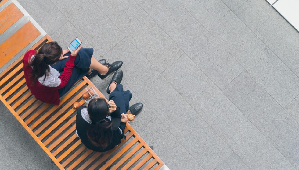 PHONELINESS: Når vi lar telefonen oversygge det sosiale livet vårt kan det nok føre til ensomhet. FOTO: NTB Scanpix