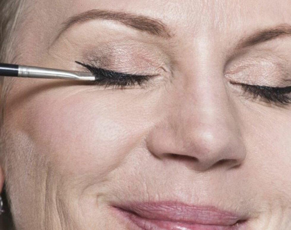 3. Fra toppen av vingen drar du så en skrå linje ned mot vippekanten og fyller inn med eyeliner.