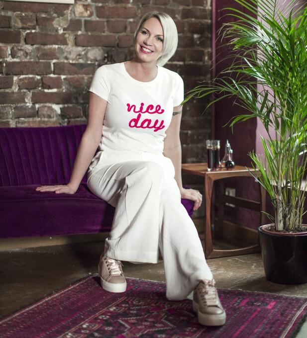 <strong>MARITA HAR PÅ SEG:</strong> T-skjorte (kr 600, Hallhuber), bukse (kr 1000, Ellos) og sko (kr 1500, Eurosko). FOTO: Astrid Waller