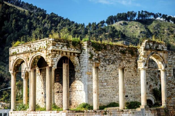 BERAT: Berat er en av landets eldste byer og står med sine mange historiske bygninger på Unescos verdensarvliste. FOTO: NTB Scanpix