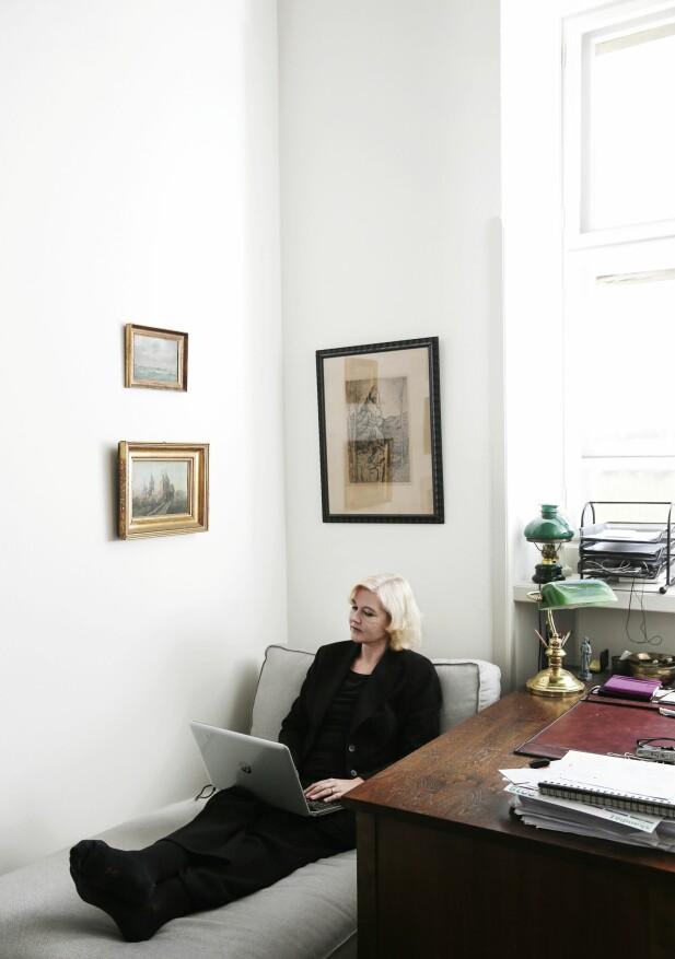 BOR I ET SLOTT: Her sitter – eller ligger – Anne Marie Vedsø Olesen og skriver sine bøker. På en sjeselong på kontoret på slottet der hun og mannen Jakob leier leilighet. FOTO: Sif Meincke