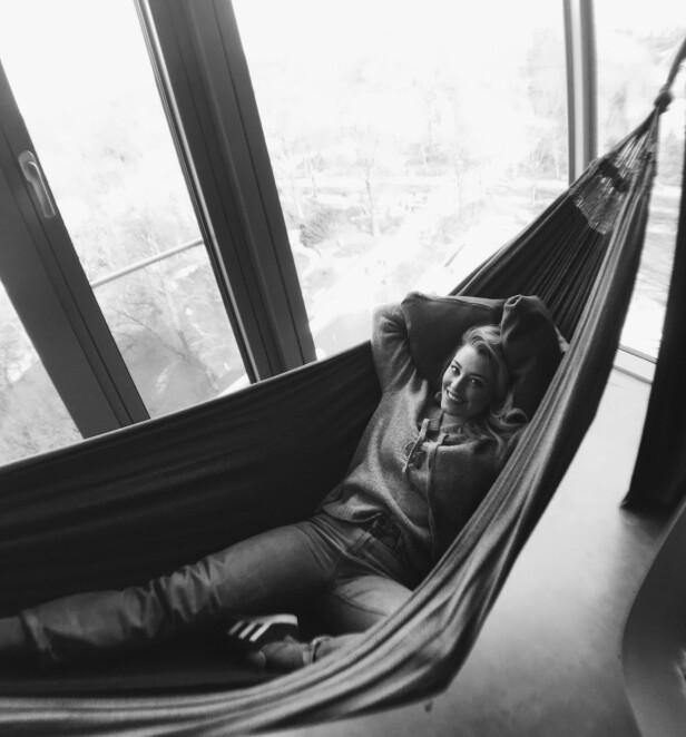 IKKE STRESS: Selv om hun helst vil ta det med ro på morgenen, blir Marte sliten av å slappe av. - Veldig spesielt - jeg vet, sier radioverten. FOTO: Privat