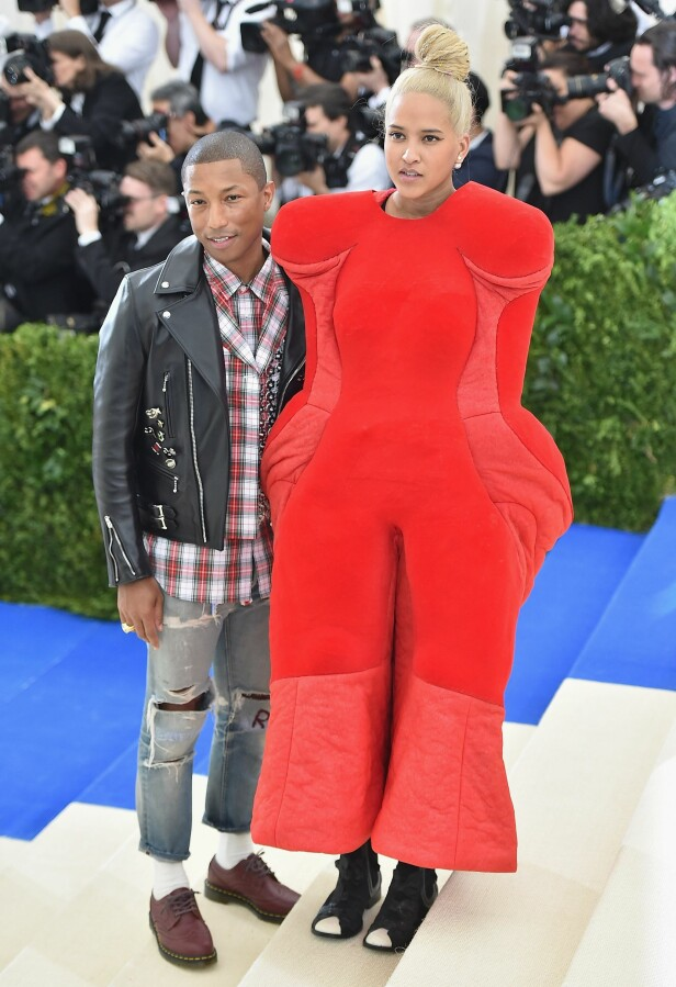HELEN LASICHANH: Kona til Pharrell Williams stjal all oppmerksomhet da de kom ut på den røde løperen i 2017. Foto: Scanpix