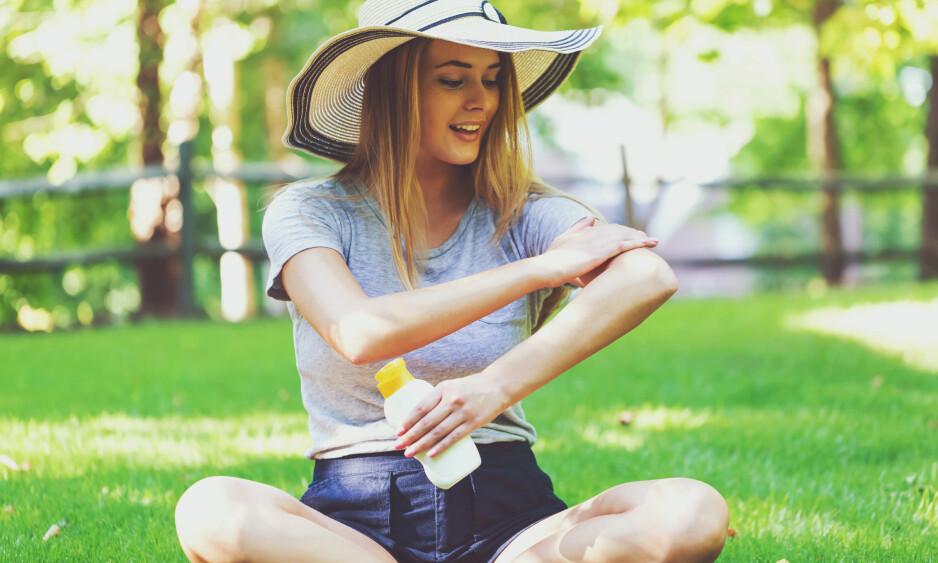 SOLKREM: Hvor mye man svetter, bader eller tørker seg har noe å si for hvor lenge solkremen holder. FOTO: NTB Scanpix
