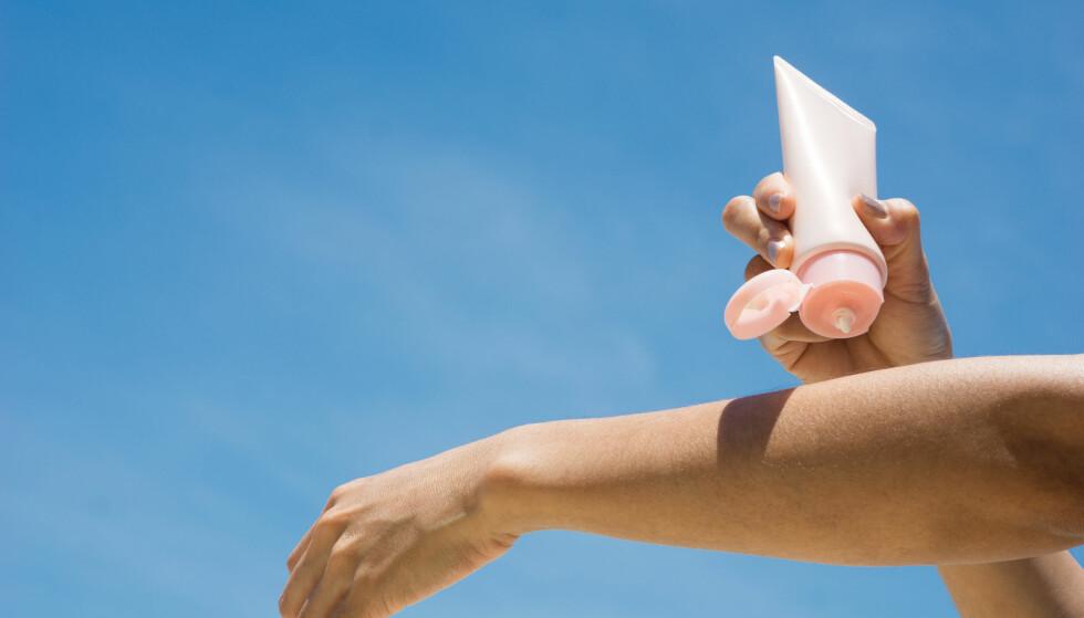 RIKTIG MENGDE ER VIKTIG: Har du derfor en solkrem med faktor 30, og du kun smører deg med halvparten av den nødvendige mengden, vil det tilsvare kun mellom 5 til 7 i solfaktor. FOTO: NTB Scanpix
