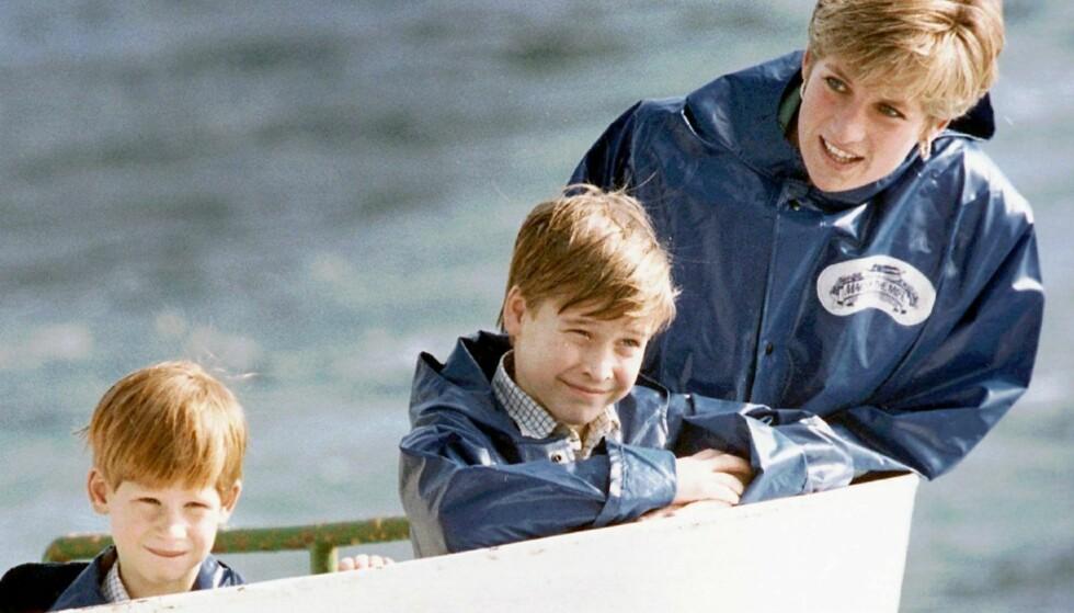 NÆRT FORHOLD: Prins Harry var bare 12 år da han mistet moren sin i en tragisk bilulykke i Paris. Her er han fotografert med storebror prins William og mamma prinsesse Diana under en ferietur til Niagara Falls i 1991. Da var Harry syv år, og prins William var ni år. FOTO: NTB scanpix