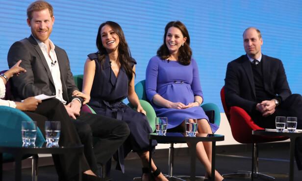 TEAM: Det var en tydelig stolt prins Harry som satt ved siden av sin kommende kone under paneldebatten arrangert av The Royal Foundation Forum i februar 2018. Det var for øvrig den aller første offisielle opptredenen firerbanden hadde sammen. FOTO: NTB scanpix