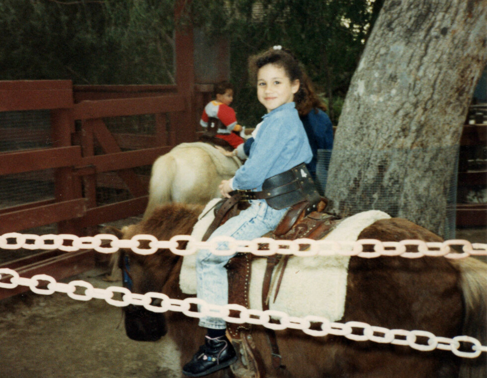 UNGE MEGHAN: På dette bildet er Meghan Markle 11 år, og rir på en ponny i en fornøyelsespark utenfor Los Angeles. Bildet er tatt i 1993. FOTO: NTB scanpix
