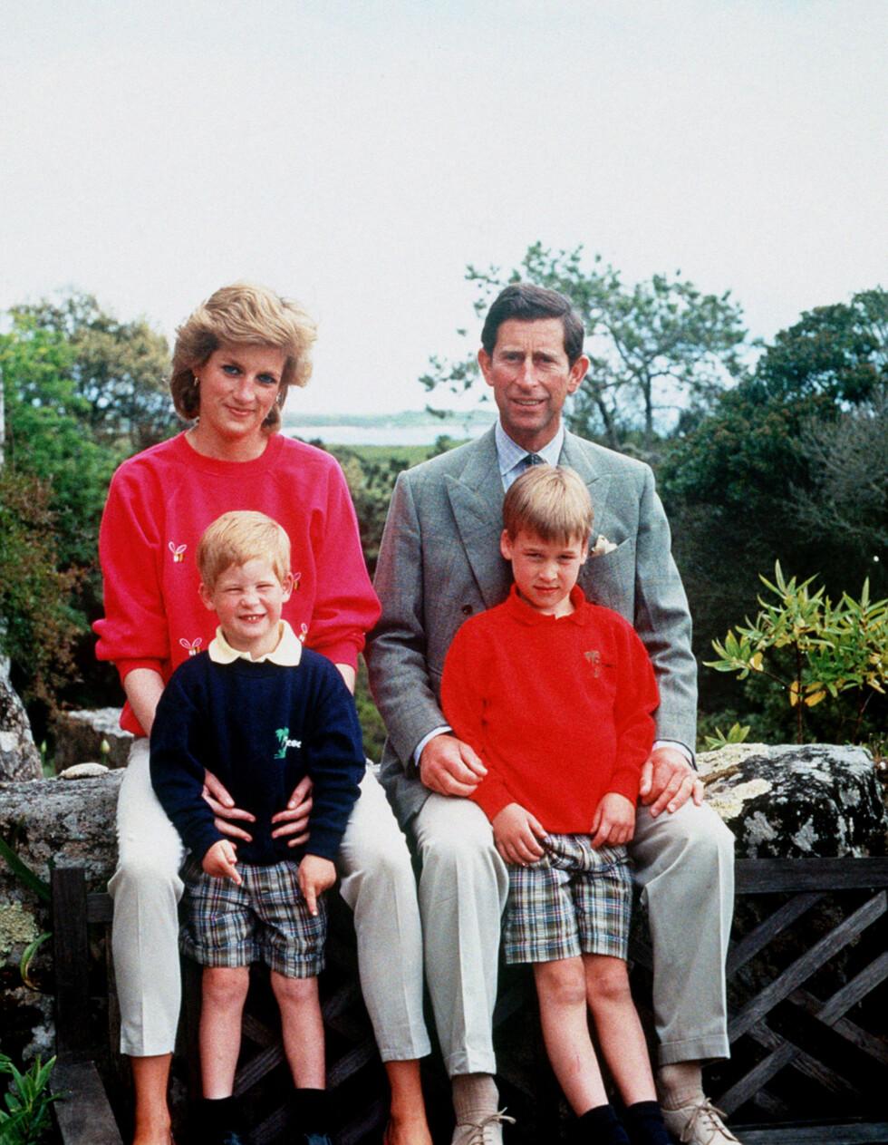 BARNDOMSIDYLL: Prins Harry og storebror prins William fotografert med foreldrene under en familietur til Scillyøyene i England. FOTO: NTB scanpix