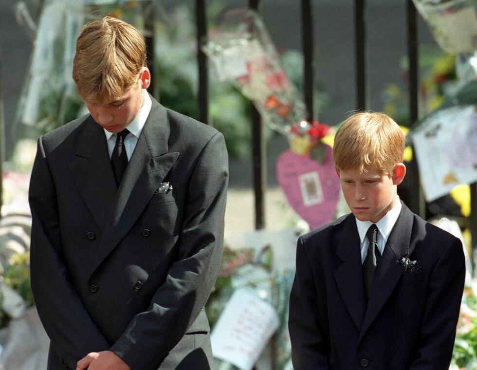 I SORG: Prins Harry var to uker unna å fylle 13 år da hans mor gikk bort. Storebror prins William var 15 år. Dette bildet er tatt under begravelsen i september 1997. FOTO: NTB Scanpix
