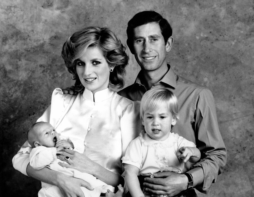 FAMILIEFOTO: Dette bildet ble tatt 6. oktober 1984, bare tre uker etter at prinsesse Diana og prins Charles yngste sønn kom til verden. Storebror prins William er to år. FOTO: NTB scanpix