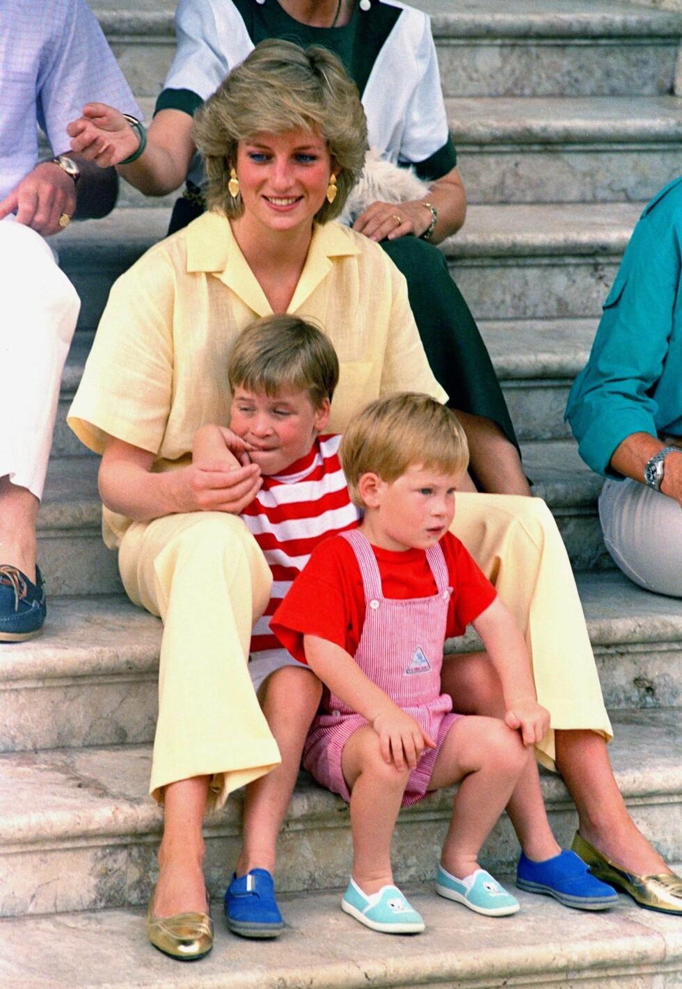 MAMMAKJÆRLIGHET: Prins Harry og prins William med mamma prinsesse Diana under en ferietur til Mallorca med den spanske kongefamilien i august 1987. FOTO: NTB Scanpix