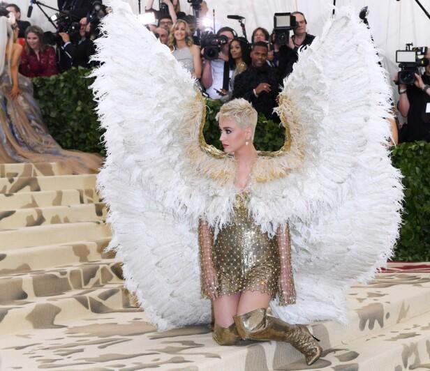POSERER: Sangstjernen hadde ingenting imot å gi fotografene forskjellige poseringer. Foto: Scanpix
