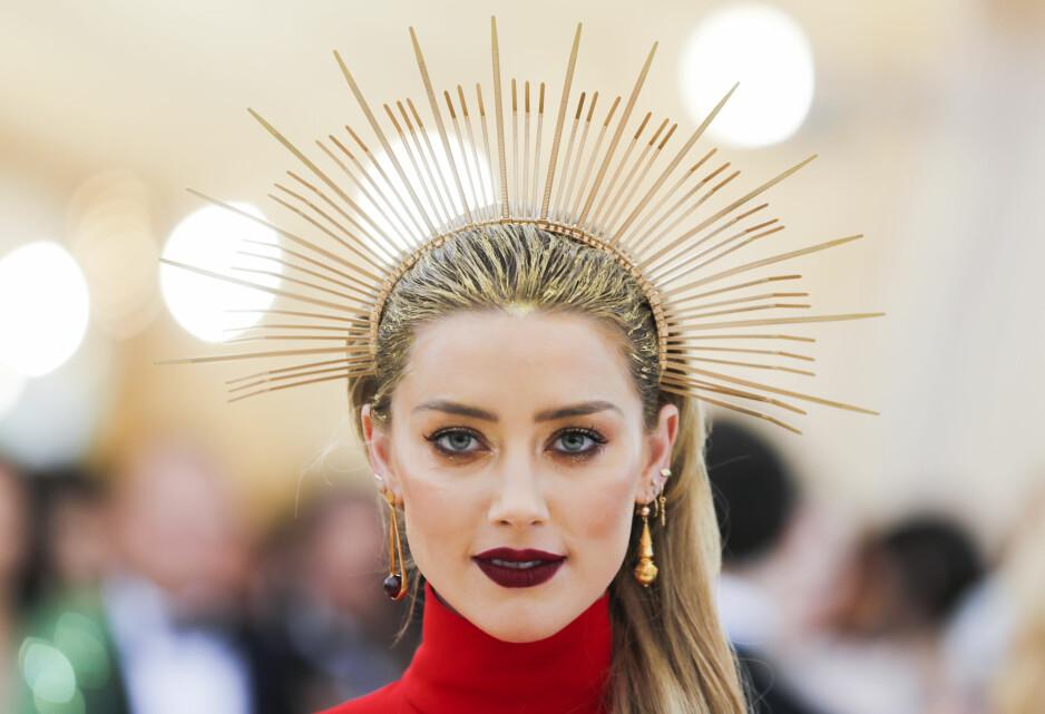 MET-GALLA: Skuespiller Amber Heard var blant de mange kjendisene som gikk for hodepryd. FOTO: NTB Scanpix