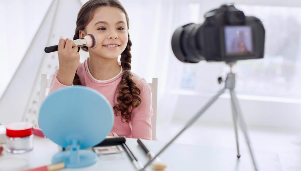 BARN SOM SMINKER SEG: På YouTube kan man se norske jenter helt ned i tiårsalderen med egne sminkevideoer. Foto: NTB Scanpix