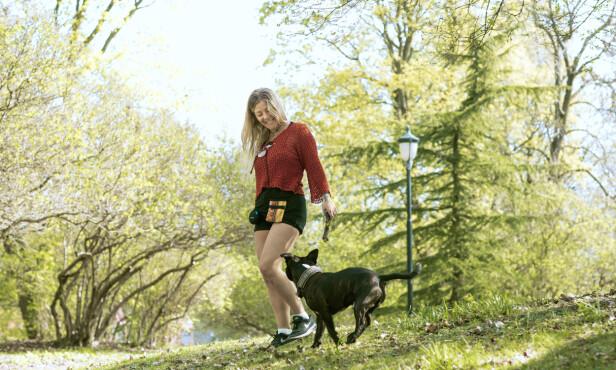 KOMPIS: Vi møter Linn og hunden Kompis i Frognerparken i Oslo en solfylt tirsdag. Foto: Astrid Waller
