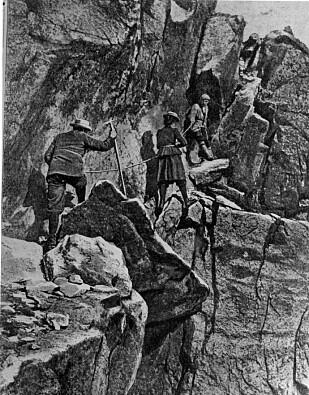 KVINNE MOT TOPPEN: Therese Bertheau med turkameratene Ole Berge (øverst) og William Cecil Slingsby (bakerst) på vei opp Skagastøltind i 1900. FOTO: Norsk Folkemuseum