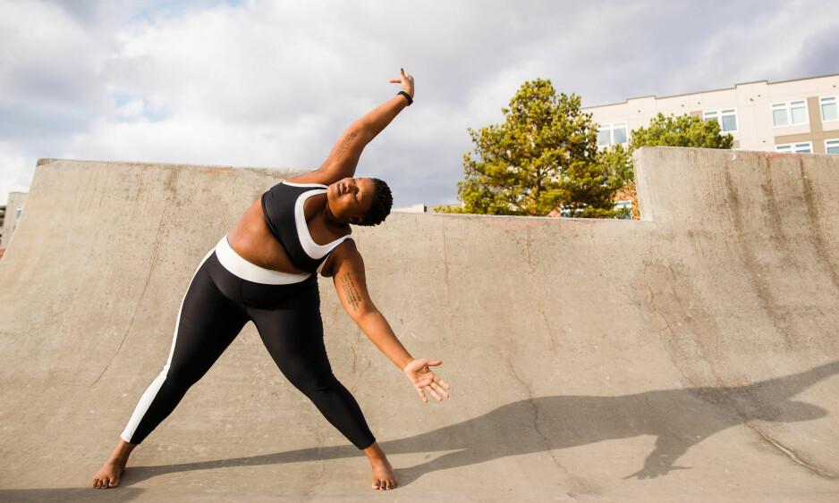 YOGA: Kroppspositivist Jessamyn Stanley mener vi aldri må la selvforakt eller dårlig kroppsbilde hindre oss i å trene. Selv inspirerer hun tusener med sin yoga-praksis. FOTO: Zoe Litaker