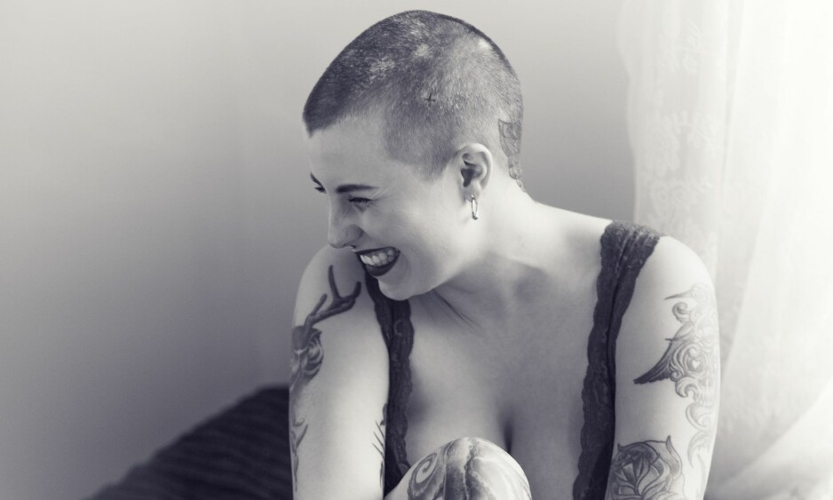 ALOPECIA: Store tatoveringer – og et enda større smil. Andrea Richardsen (25) har sin helt egen stil, der de hårløse flekkene som kommer og går på hodet hennes, også får lov til å spille en rolle. FOTO: Astrid Waller