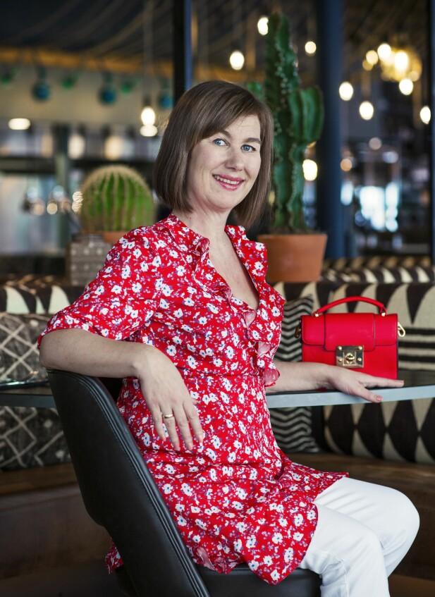ANETTE HAR PÅ SEG: Kjole (kr 400, Vero Moda), bukse (kr 400) og veske (kr 250, begge fra Lindex). FOTO: Astrid Waller