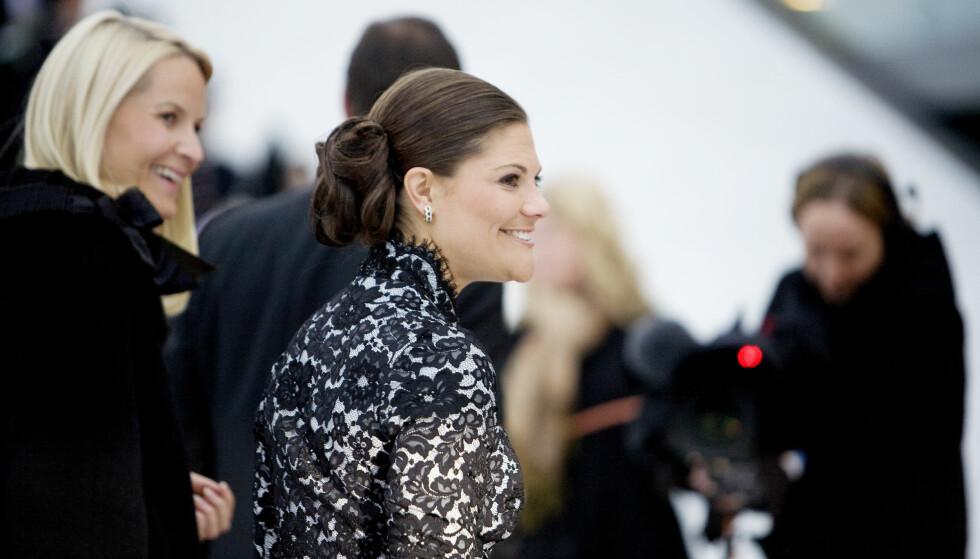OPPSATT: Slik vi er vant til å se kronprinsesse Victoria - med kledelig knute i nakken. Dette bildet er tatt under åpningen av operaen i Bjørvika i 2008. FOTO: NTB Scanpix