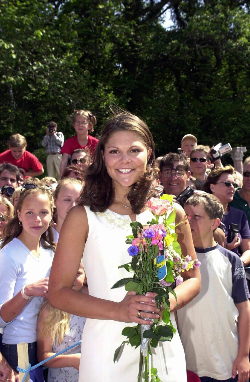 UTSLÅTT: Kronprinsesse Victoria gikk oftere med utslått hår da hun var yngre. Dette bildet er tatt på 23-årsdagen hennes på Solliden i Sverige. FOTO: NTB Scanpix